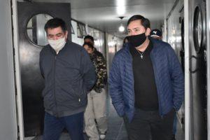Javier Castro y el Intendente de Gobernador Gregores en la recorrida de los módulos donde se alojaran los trabajadores